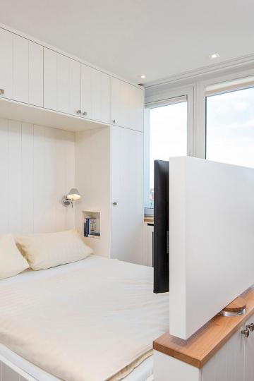 tiny-appartement, westerland-sylt - doppelbett mit fernsehen im bett