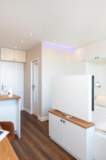 tiny-appartement, westerland-sylt - gesamtansicht einbaukueche, wohn-und schlafraum mit doppelbett & tv