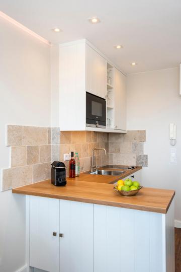 tiny-appartement, westerland-sylt - offene einbaukueche mit theke