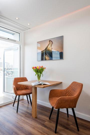 tiny-appartement-westerland-sylt-sitzecke-esstisch