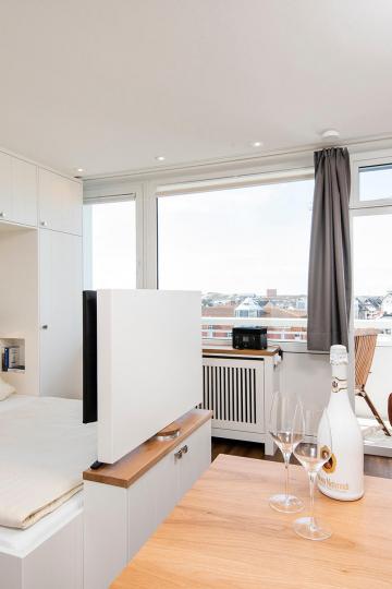 tiny appartement westerland-sylt - wohn-und schlafraum mit doppelbett und tv